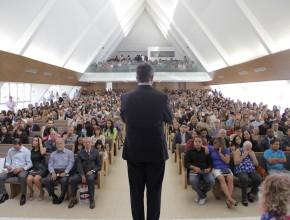 Pr. Erton habló en la Iglesia Central de Brasilia durante la consagración final de los misioneros (al fondo) e perante um público expectante e emocionado sobre os desafios na missão – Crédito: Victor Trivelatto.
