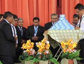 En un de los eventos,  pastores oraron por la dedicación de los Modems para uso de la iglesia