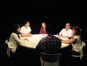 Panel de jóvenes que discutirán temas de interés juvenil.
