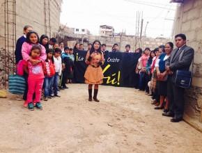 """Deisy, junto al Grupo Pequeño """"Renacer"""" en el terreno donde se levantará la nueva iglesia."""