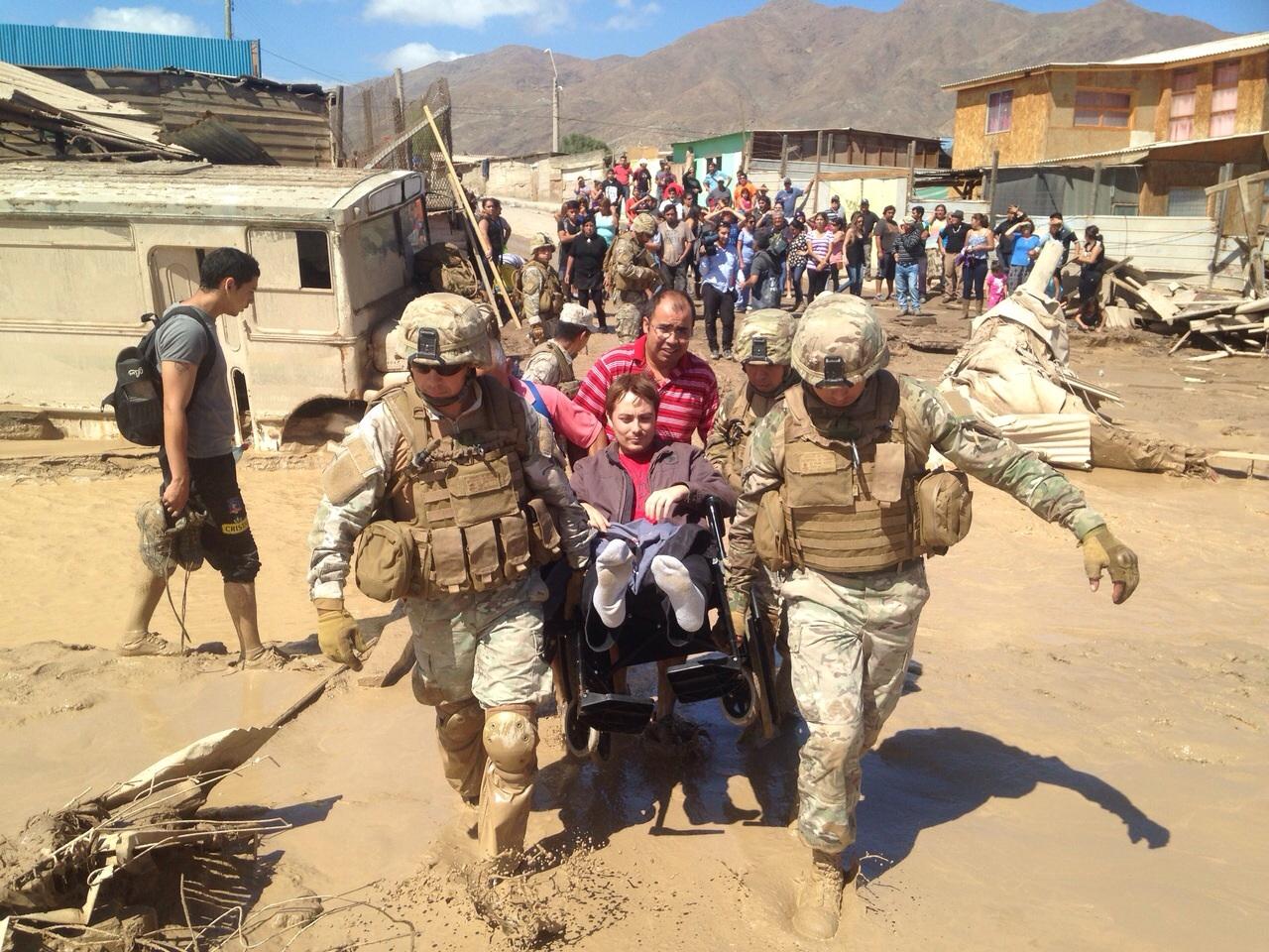 El pastor Soto es retirado por los militares del albergue.