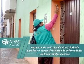 Volu ntarias de ADRA Perú visitando a domicilio para promover estilos de vida saludable.