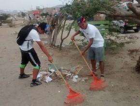 Jóvenes limpiando las calles de Nuevo Chimbote.