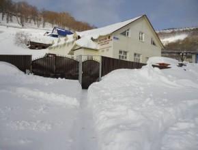 Iglesia en Petropavlovsk-Kamchatsky (Invierno), Rusia, y cubierta de nieve durante grande parte del año. Su localización está casi en frontera con el Japón.