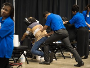 Masajistas aplican sus conocimientos a los músculos de los interesados.