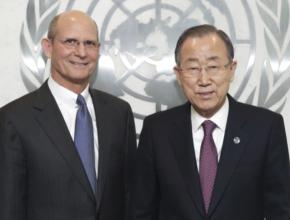 Chefe da ONU, Ban Ki-moon (direita) posa com o líder da Igreja Adventista, pastor Ted N.C. Wilson, na segunda-feira, 6 de abril. [Foto: Evan Schneider / ONU]