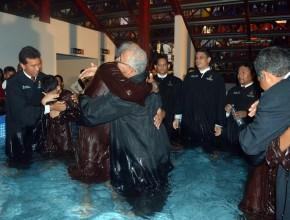 Além dos batismos, atualmente 7 mil pessoas estão estudando a Bíblia.