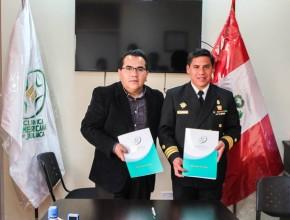 El capitán de fragata Juan José Miranda y el médico de fragata Hector Jesús Velando muestran el acuerdo entre ambas instituciones.