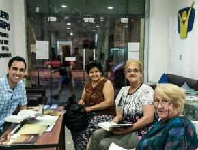 Mathias junto a mujeres oyentes de Radio Nuevo Tiempo en Uruguay. El ambiente es un centro de apoyo.