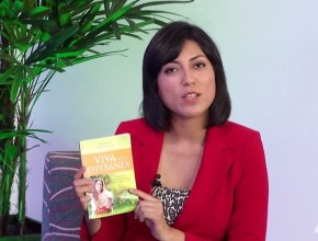 Cárolyn Azo, presentadora del programa y periodista de ASNTV, presenta el libro misionero, del cual serán repartidas 21 millones de copias, en esta región del  mundo.
