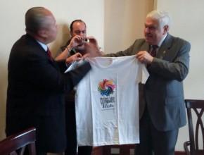 """Alcalde recibe la camiseta de """"Muévete por la vida"""" de manos del pastor Leonel Lozano."""