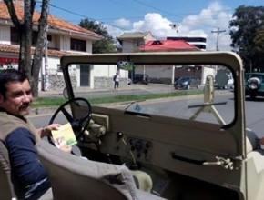 """El Sr. Guzmán y su carro """"dañado""""."""