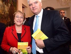 """Prof. Hugo Cameron junto a la presidenta de Chile, quien recibió """"Viva con Esperanza"""". ®Prensa Gobierno de Chile"""