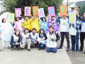 Intervención realizada en semáforos de la ciudad con el mensaje de salud ADELANTE. Foto: Kenny Rivas