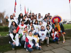 """Participantes de la entrega del libro """"Viva con Esperanza"""" posterior al partido en los alrededores del estadio Germán Becker.  Foto: Kenny Rivas"""