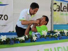 El pastor Lucio Acuña, presidente de la Asociación Nor Pacífico del Perú, bautiza a uno de los frutos del proyecto Caleb.