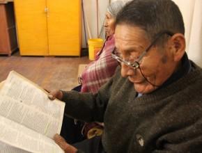 Pedro Calli, lee su Biblia en Aymará.