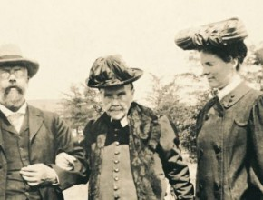 Foto de archivo de Elena G. White junto a su hijo y nuera.