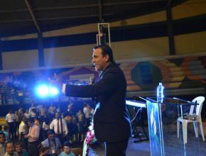Pr. David Ayora, realizando el llamado para aquellos que se decidían a entregar su vida a Dios.