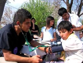 Grupo de estudiantes dando atención médica a