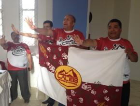 Comprometidos con Misión Caleb, los líderes de la UE sostienen la bandera característica Pr. Leonel Lozano, Presidente  (centro), Pr. Emerson Freitas, Secretario  (izquierda), Pr. Remberto Sarzuri, Tesorero (derecha)