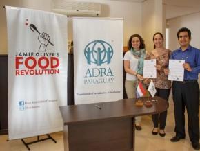 Representantes de ADRA Paraguay, Javier Espejo, junto a las representantes de Food Revolution, luego de la firma del convenio.