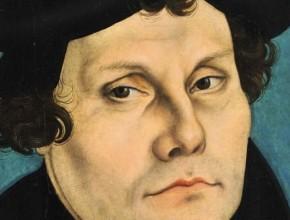 Lutero llegó a convertirse en el padre de la Reforma Protestante, desafiando la autoridad de la Iglesia Católica y enfureciendo al papa León X con su condenación de la corrupción en el clero y la creencia en la salvación solo por la fe. Fue excomulgado de la iglesia en 1521.