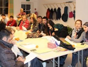 Emigrantes asisten a un curso de idioma alemán organizado por la iglesia adventista en Braunau, Austria.
