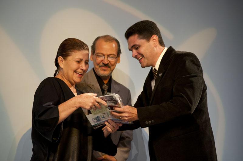 Pr. Donato entrega nuevo kit a la gente que se bautizó en Buenos Aires