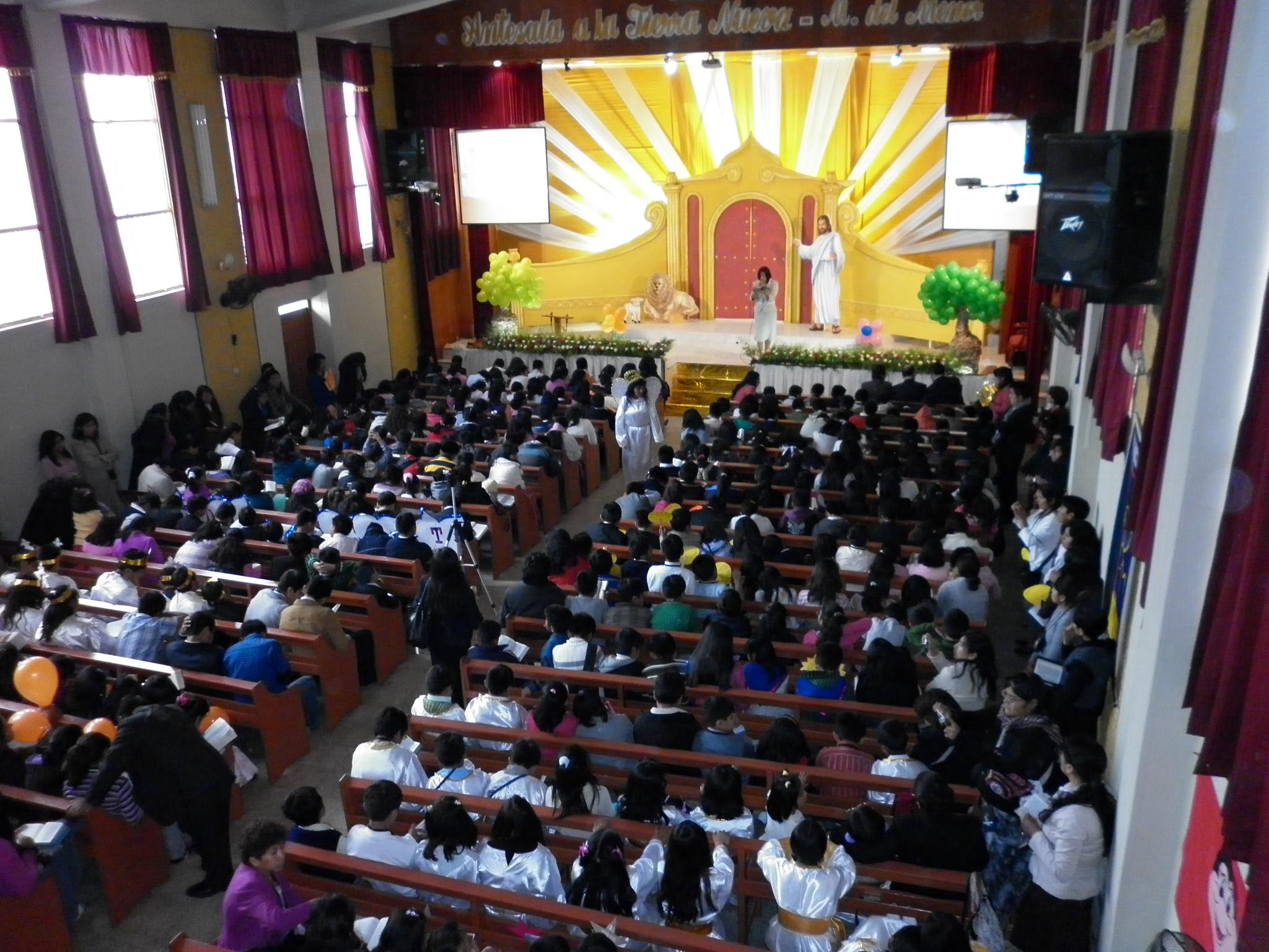 Niños y maestros en el III Encuentro de Menores en Tacna, Perú
