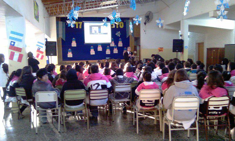 Alumnos de escuela no adventista participan de charlas contra la violencia