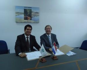 Javier Espejo, director de Adra Paraguay y el embajador de Zuiza, en ese país.