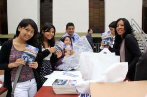 Feligreses de la Iglesia Adventista de Miraflores, en Lima, Perú, posan para la foto, con el libro La Gran Esperanza.