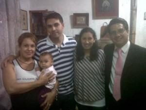 Estela al lado izquierdo, con un bebe en los brazos, junto a su esposo.