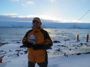 Morador de la Antártida Argentina, mostrando el libro La Gran Esperanza, entregado  por parte de su compañero de cuarto, un adventista del séptimo día.