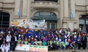 Alumnos, en Argentina, promoviendo el medio ambiente.