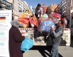 Adra presta ayuda a familias refugiadas  provenientes de siria, repartiendo ropa de invierno.