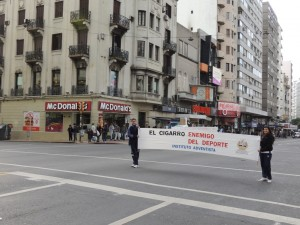 Alumnos del Instituto Adventista del Uruguay, marcharon por las principales calles de Montevideo, en contra del cigarrillo.