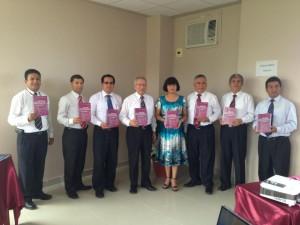 Líderes de la Unión Peruana del Norte y de la Universidad Peruana Unión, muestran la revista Apuntes Universitarios.