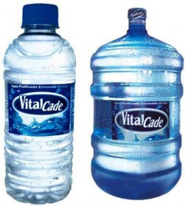 Botellas de plástico de agua natural embasadas por el CADE.