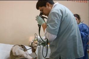 Médico de la clínica Good Hope atiende a paciente  en Arequipa, Perú.