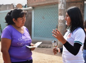 Estudiante de medicina de la Universidad Peruana Unión, orienta a vecina de la localidad de Carapongo en cómo hacer uso de los ocho remedios naturales.