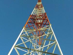 Una de las antenas de la Radio Nuevo Tiempo Bolivia.