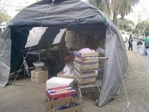 Carpa que refugia a damnificados y donaciones, en Rosario, Argentina.