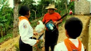 Aventureros entregan revistas y víveres a vecinos de la parroquia Julio Moreno