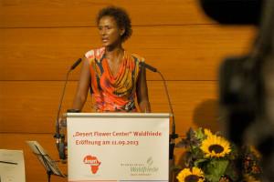 Waris Dirie da su discurso durante la ceremonia de apertura de Centro Flor del Desierto en el Hospital Adventista de Berlin, primera clinica  que trabajará en cooperación con el instituto (Fotos: Corrado Cozzi)