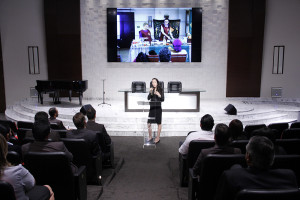 En la sede sudamericana de la Iglesia Adventista, Liz presenta los resultados de lo que hizo en Estados Unidos. En enero, ella junto a otro misionero liderarán un proyecto en Uruguay.