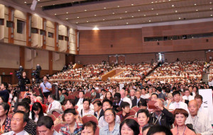 Durante el culto del sábado 31 de agosto, unos cuatro mil presentes llenaron el salón principal del Centro Internacional de Convenciones de Jeju.
