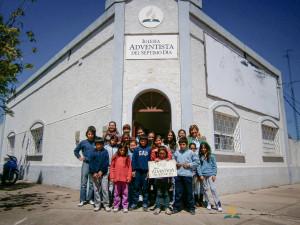 Parte del grupo de niños que componen la particular iglesia adventista de Dolores