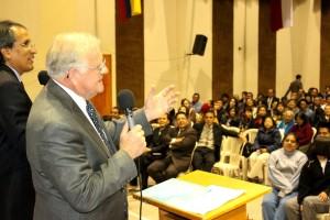 El pastor Caviness, hijo de un pastor pionero de la Iglesia Adventista en Ecuador se dirige a los asistentes del seminario.